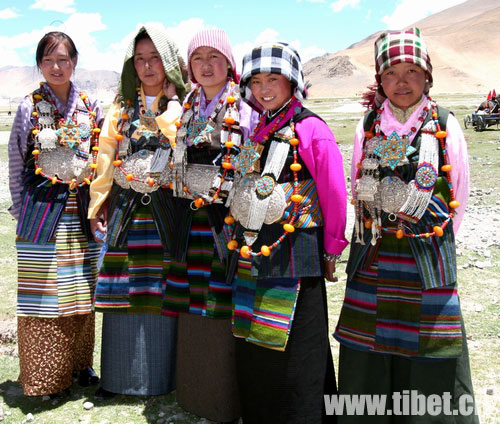 this picture has nothing to do marco polo's travels but merely to show how tibetan women dress up